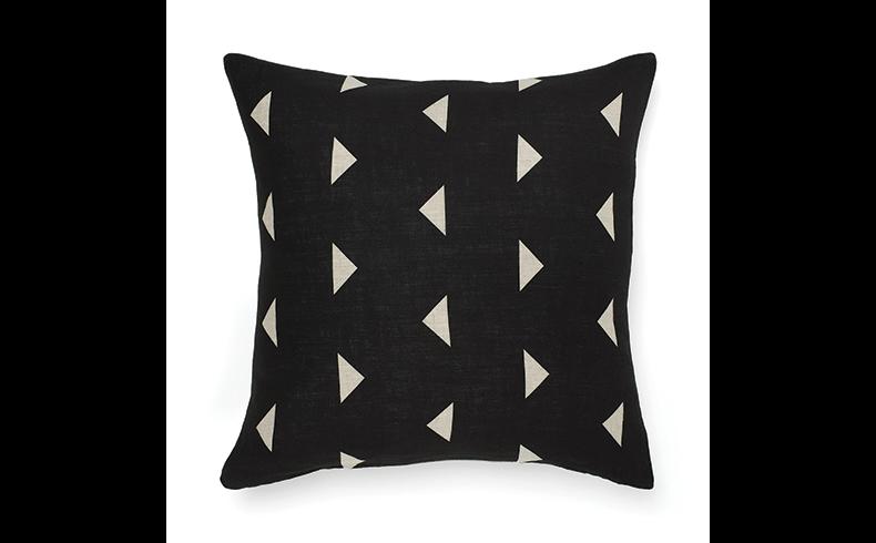 93076_triangles-cushion-black