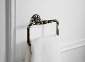Vintage-look bathroom accessories in bronze and chrome