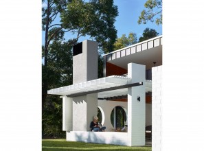Using white painted PGH bricks to construct an elongated house in Queensland