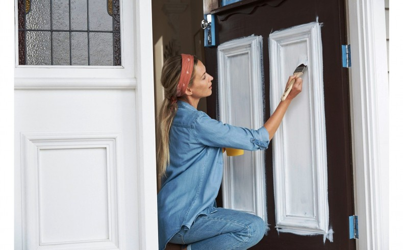 20190332B Dulux Paints painting the front door