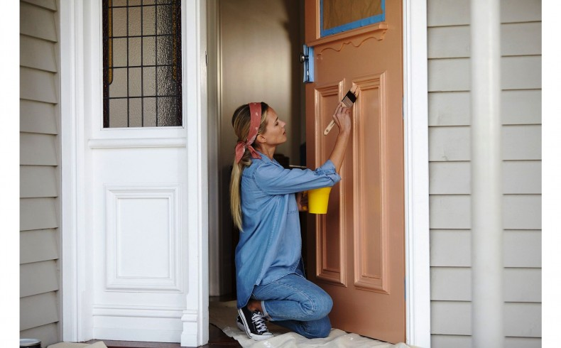 20190332D Dulux Paints painting the front door