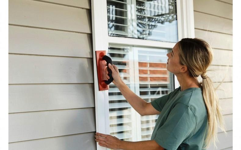 20190333B Dulux Paints painting window trim